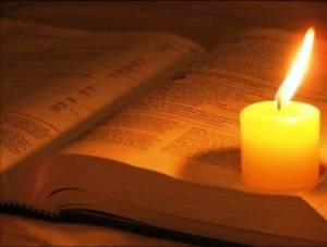 12536-biblia-e-vela-acesa